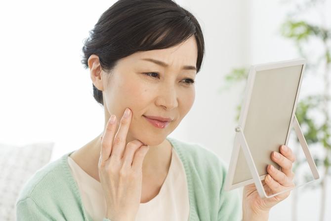 老け顔の原因となるシミ、その予防に有効な美白になれる化粧品